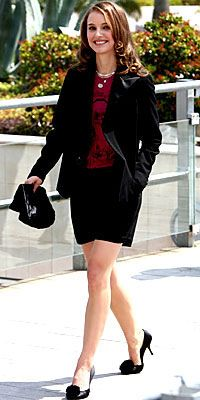 """Natalie Portman  Makul bir boyda ise işe rahatlıkla giyerek """"ofis şıkı"""" olabilirsiniz."""